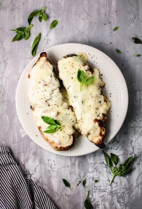 Creamy white zucchini boats that taste like a delicious pasta Alfredo but are low carb and healthy? Yes, please! This is a delicious stuffed zucchini recipe that's perfect for hectic weeknights when you are craving comfort food but want to keep things light.